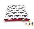 Poduszka wąsy z czerwonym Minky